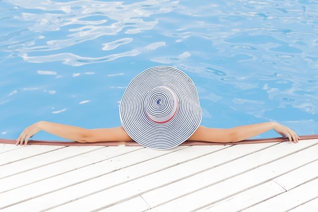 אישה בבריכה